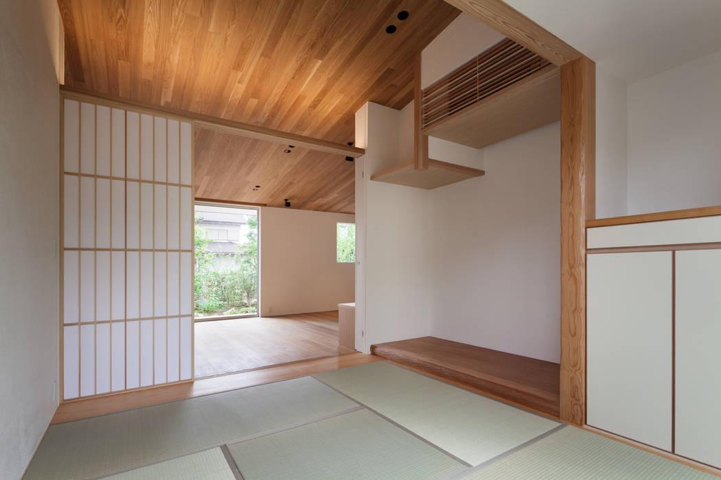 和室: 有限会社角倉剛建築設計事務所が手掛けた和室です。,モダン 木 木目調