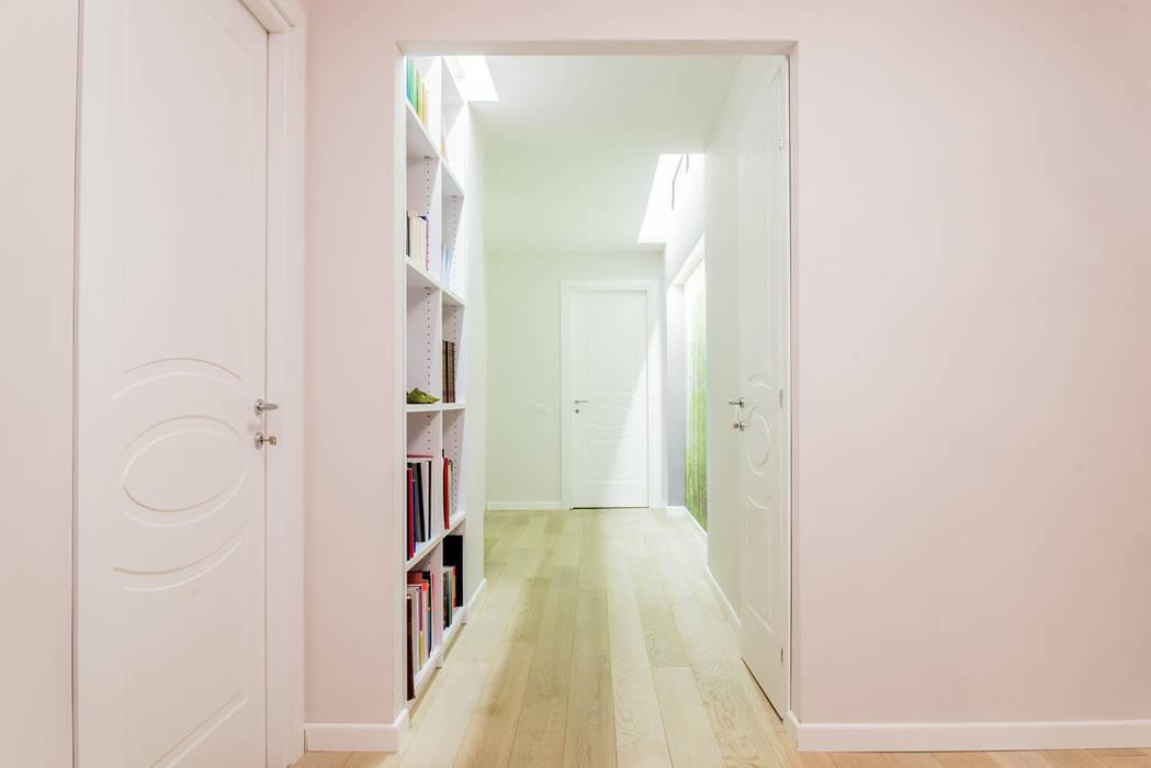 GRANDE RESTYLING DI UNO STUDIO LEGALE: Ingresso & Corridoio in stile  di VITAE STUDIO - architettura