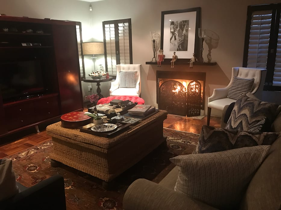 Fireplace living:  Living room by CS DESIGN
