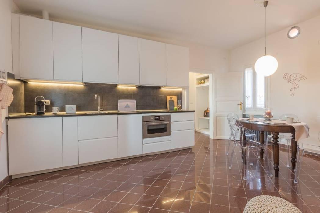 Fenicottero Rosa: Cucina in stile in stile Minimalista di Anna Leone Architetto Home Stager