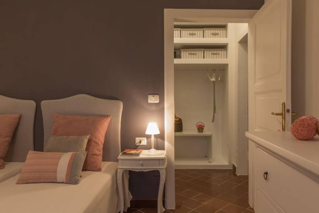 Fenicottero Rosa: Camera da letto in stile in stile Classico di Anna Leone Architetto Home Stager
