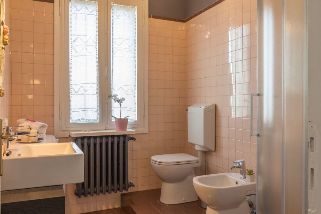 Fenicottero Rosa: Bagno in stile in stile Moderno di Anna Leone Architetto Home Stager