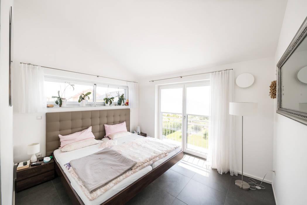 Спальня в стиле модерн от wir leben haus - Bauunternehmen in Bayern Модерн