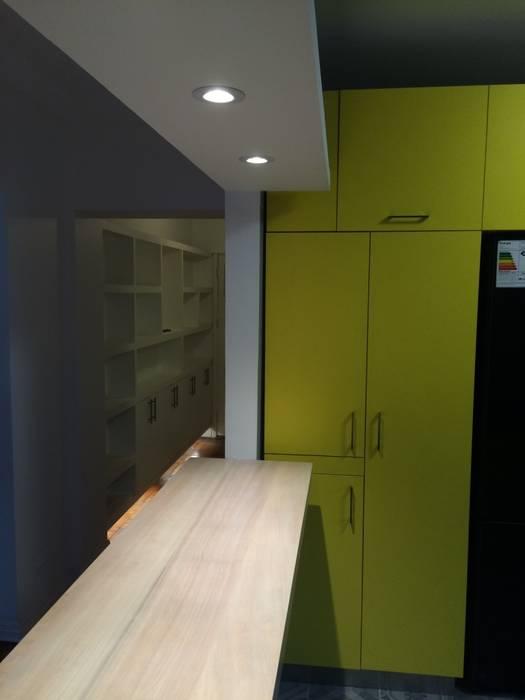 meson pasillo cocina / living: Muebles de cocinas de estilo  por PICHARA + RIOS arquitectos