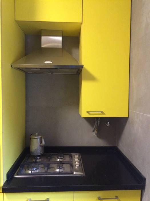 Cocina con uso inteligente de espacios PICHARA + RIOS arquitectos Muebles de cocinas Derivados de madera Amarillo