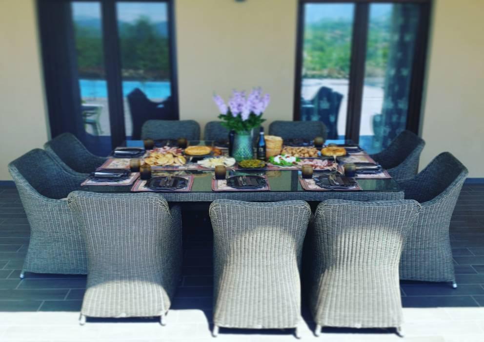 Tavolo da giardino dieci posti in fibra sintetica tonda Uluwatu: Giardino in stile  di Uniko