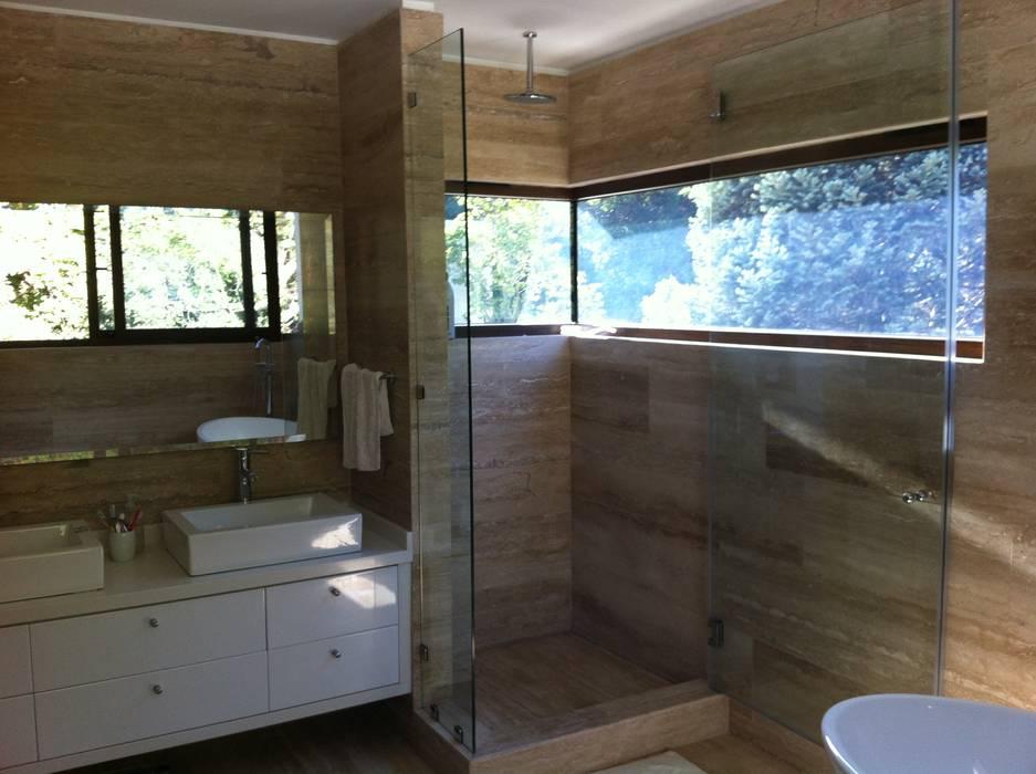 casa unifamiliar / baño: Casas unifamiliares de estilo  por PICHARA + RIOS arquitectos
