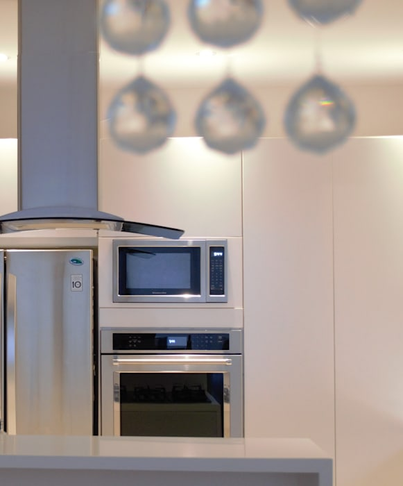 Monica Saravia 現代廚房設計點子、靈感&圖片 刨花板 White
