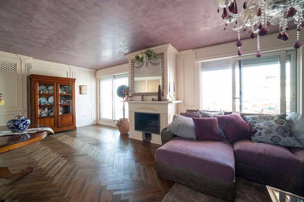 Attico a napoli: soggiorno in stile di falegnameria grelli danilo ...