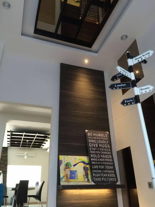Pasillos, halls y escaleras minimalistas de Lighthouse Architect Indonesia Minimalista