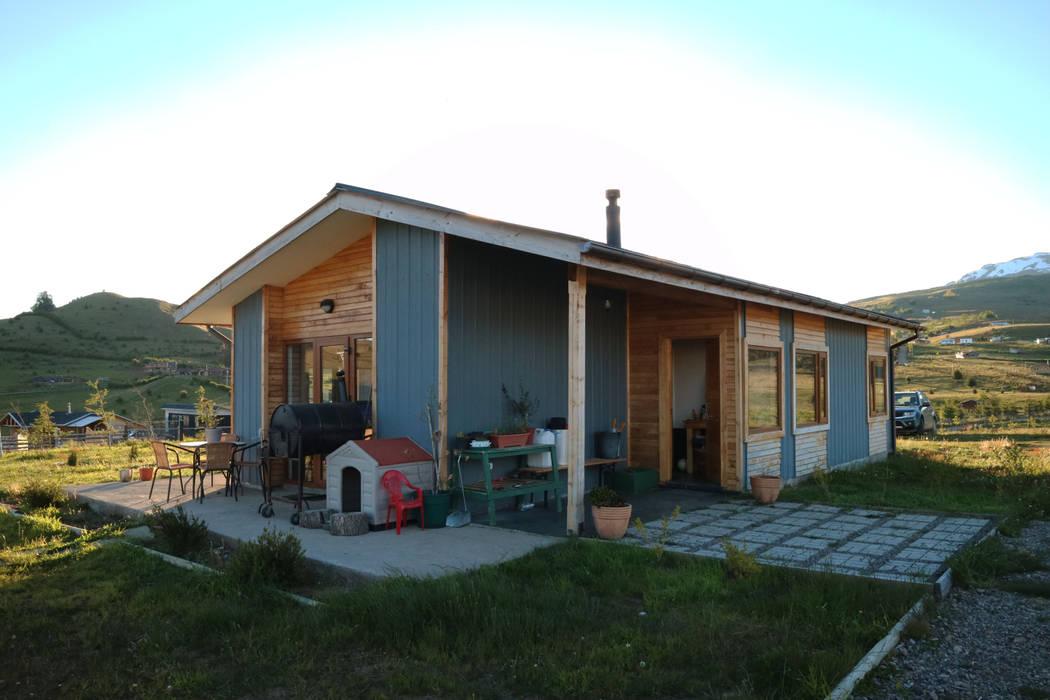 Fachada nor oriente de casa rural arquitectos en - Casa rural de madera ...