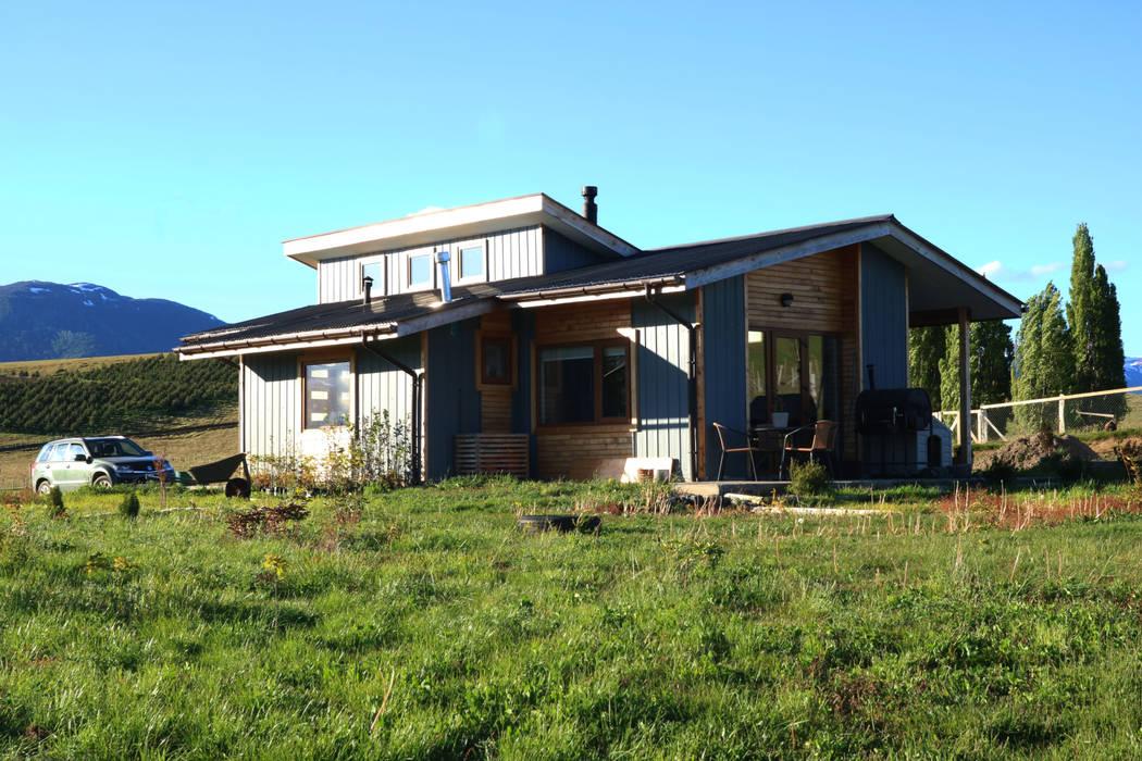 Fachada sur oriente: Casas de madera de estilo  por casa rural