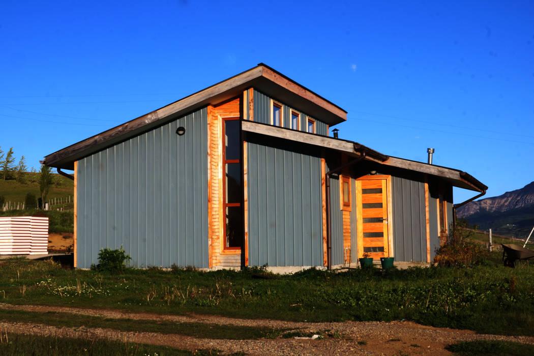 Fachada poniente de casa rural - Arquitectos en Coyhaique Rural Aluminio/Cinc