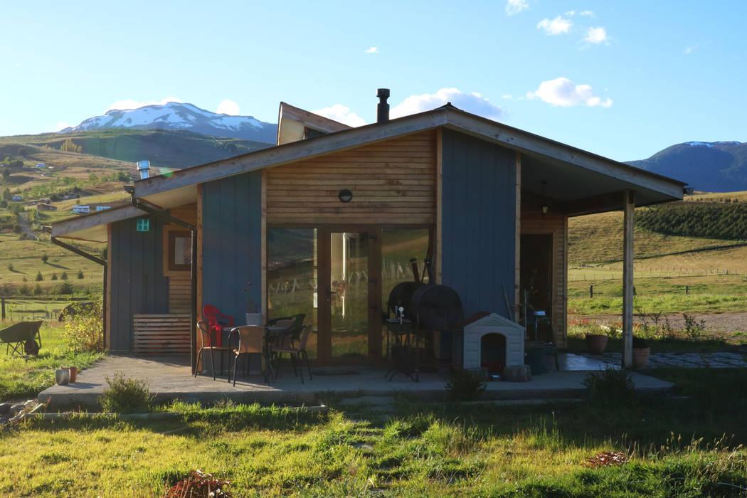 Fachada oriente: Casas unifamiliares de estilo  por casa rural - Arquitectos en Coyhaique