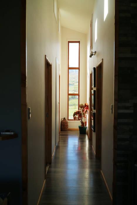 Vista interior pasillo: Pasillos y hall de entrada de estilo  por casa rural - Arquitectos en Coyhaique