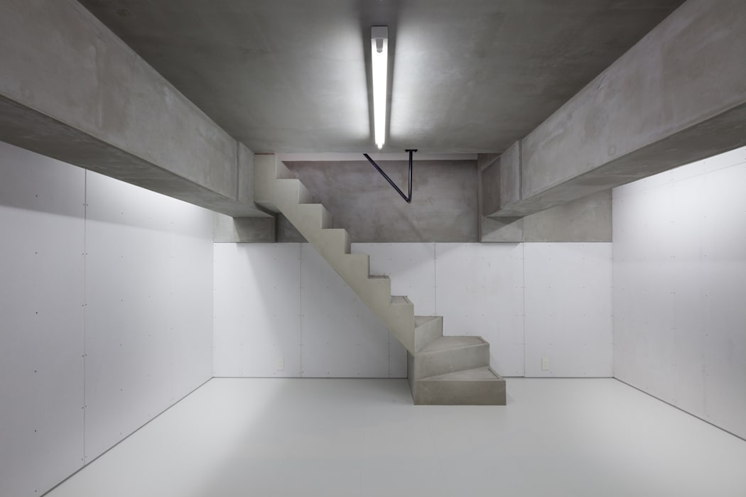 توسط 有限会社角倉剛建築設計事務所 مدرن سیمان