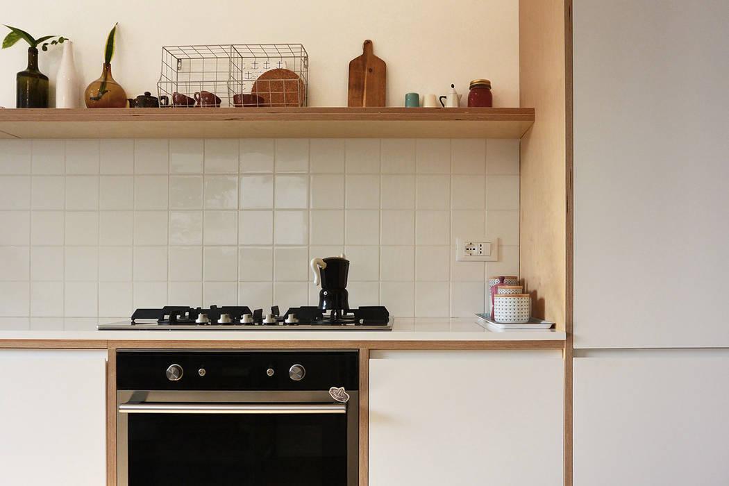 Cucina su disegno - dettaglio: Cucina attrezzata in stile  di studiovert