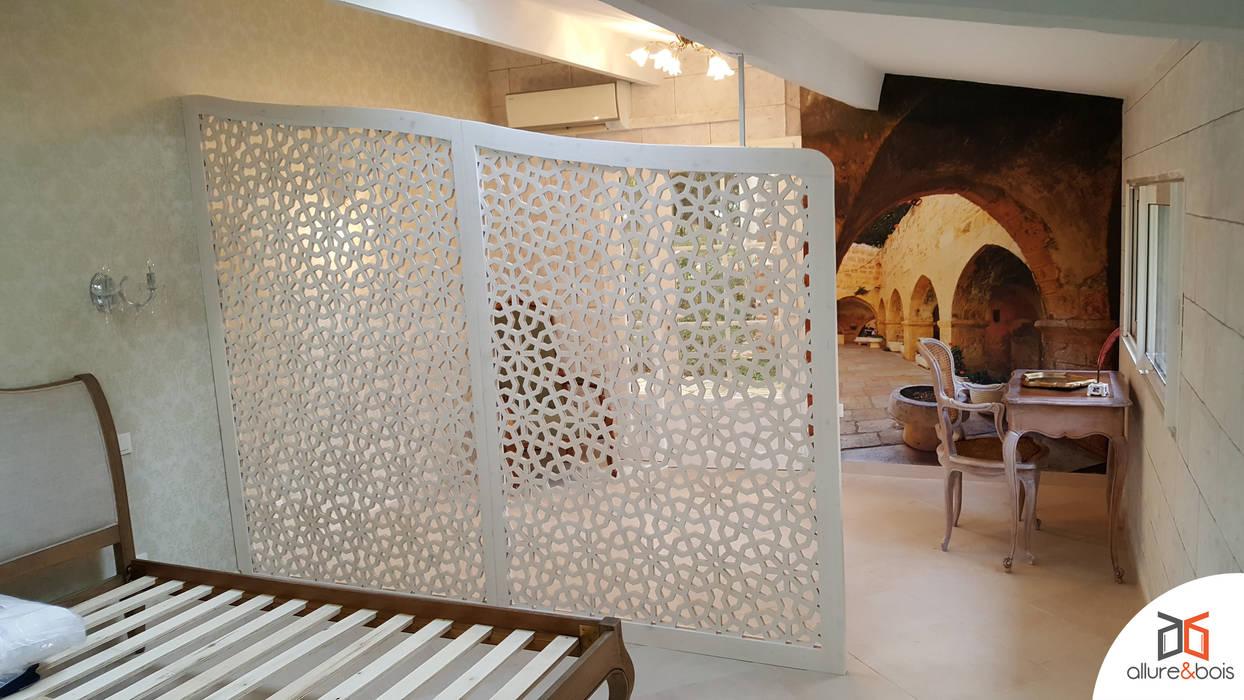 Séparation sous un toit en pente: Salon de style de style Méditerranéen par Allure et Bois