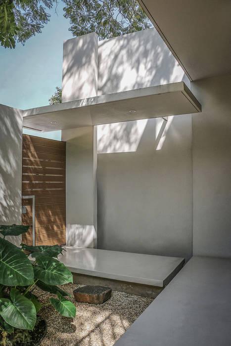 Casa Nirau Puertas modernas de PAUL CREMOUX studio Moderno