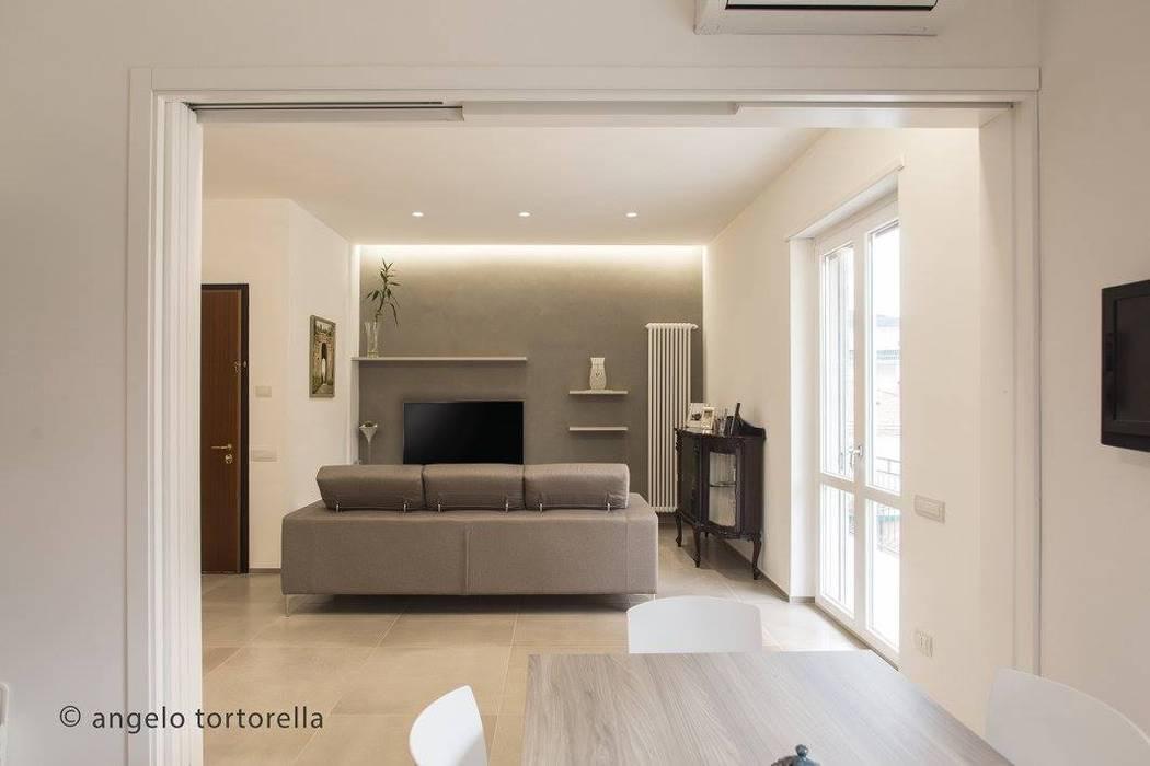 soggiorno : Soggiorno in stile  di Casaburi & Memoli Architetti, Minimalista Piastrelle