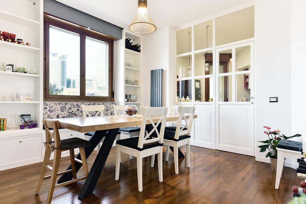 Sala da Pranzo | Vetrata cucina a vista: Sala da pranzo in stile in stile Moderno di 02A Studio