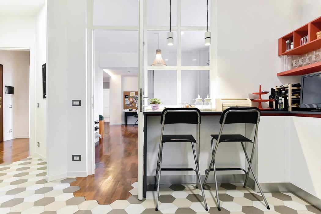 Cuina a vista   Vetrata in legno: Cucina in stile in stile Moderno di 02A Studio