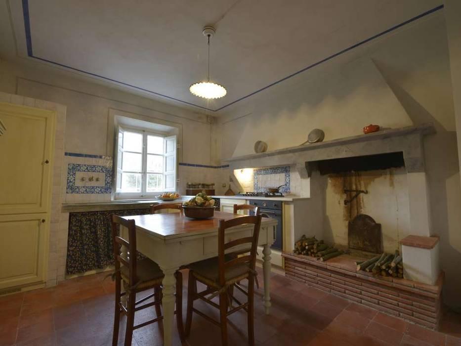 La cucina con il camino in pietra e muratura, nella casa colonica ...