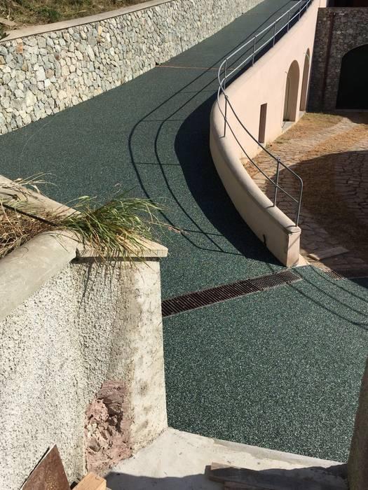 privato: Giardino anteriore in stile  di lechner spa divisione drenatech , Classico Pietra
