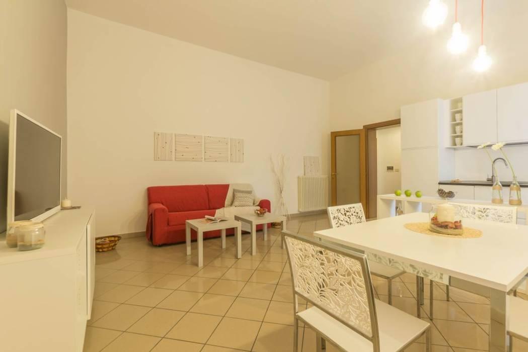 Appartamento Cormorano: Sala da pranzo in stile  di Anna Leone Architetto Home Stager