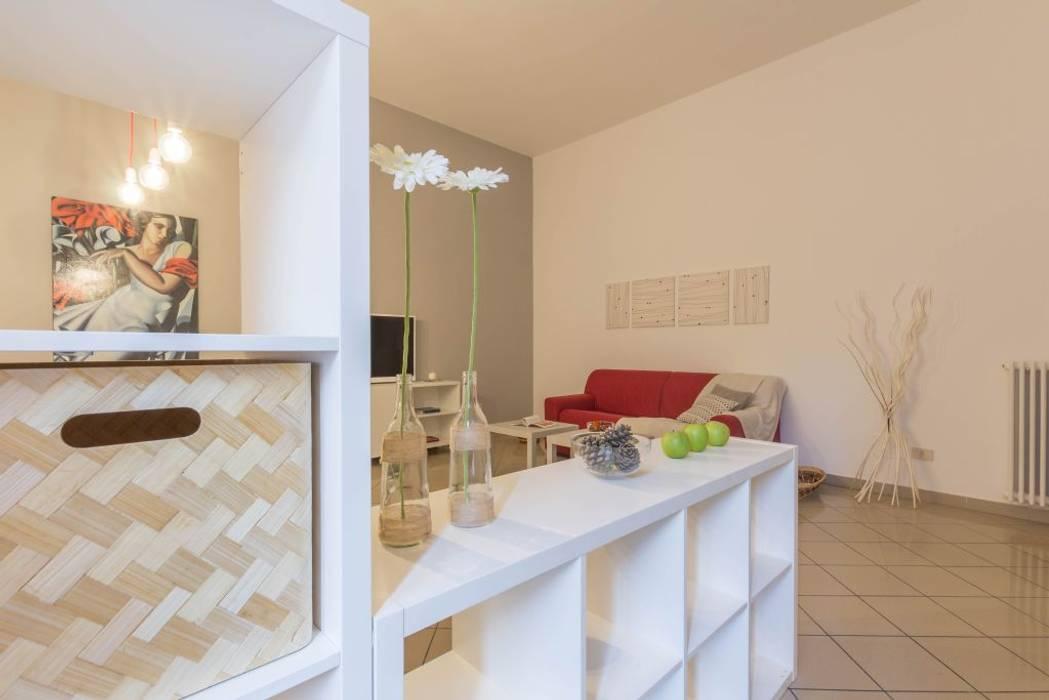 Appartamento Cormorano: Sala da pranzo in stile in stile Moderno di Anna Leone Architetto Home Stager