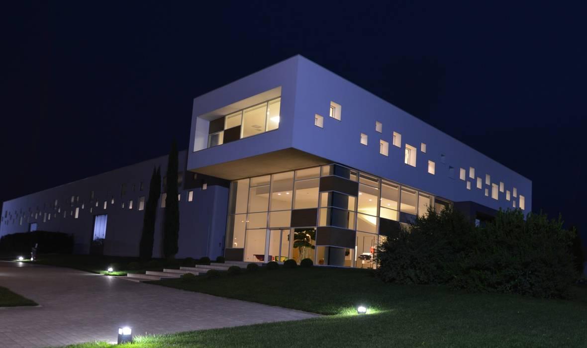 Azienda A: Complessi per uffici in stile  di Signum Contract