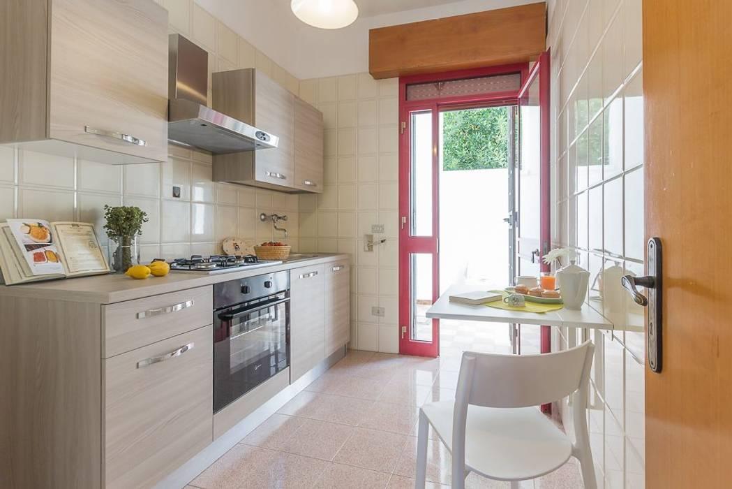 Casa gaia: cucina in stile di anna leone architetto home stager   homify