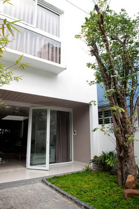 Thiết Kế Nhà Ống 2 Tầng 790 Triệu Gần Gũi Với Thiên Nhiên Hiên, sân thượng phong cách hiện đại bởi Công ty TNHH Xây Dựng TM – DV Song Phát Hiện đại