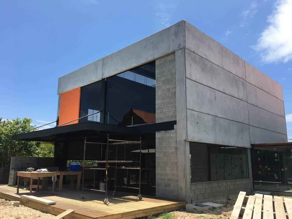 :  Prefabricated home by GhiorziTavares Arquitetura,Industrial Concrete