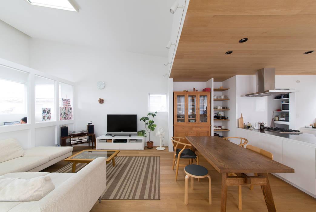 1.5階デッキのある家: ラブデザインホームズ/LOVE DESIGN HOMESが手掛けたリビングです。