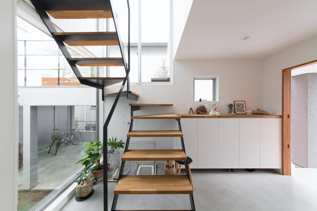 1.5階デッキのある家: ラブデザインホームズ/LOVE DESIGN HOMESが手掛けた階段です。,