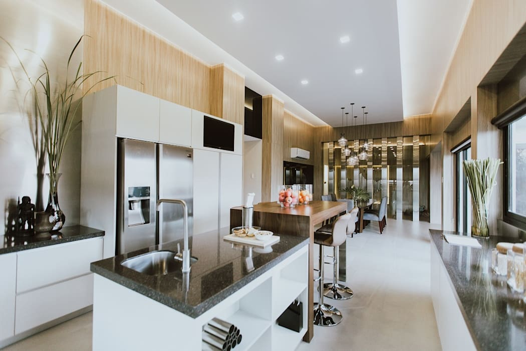 MG House:  Kitchen by Living Innovations Design Unlimited, Inc.,