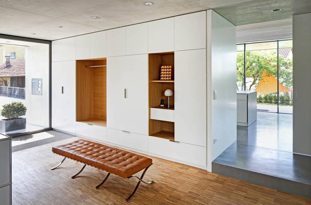 Garderobe:  Flur & Diele von Architekturbüro zwo P,