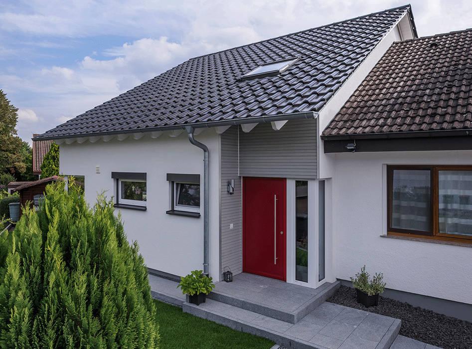 """Rot sagt """"Hallo"""" zu Bewohnern und Freunden von KitzlingerHaus GmbH & Co. KG Modern Holzwerkstoff Transparent"""