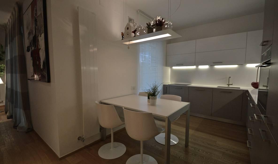 Appartamento M: Cucina attrezzata in stile  di Signum Contract