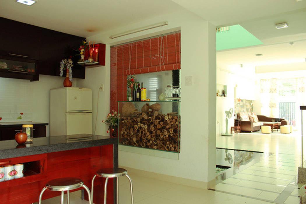 Phía sau là vườn nhỏ và khu bếp cùng phòng ăn rộng rãi. bởi Công ty TNHH TK XD Song Phát Châu Á Đồng / Đồng / Đồng thau