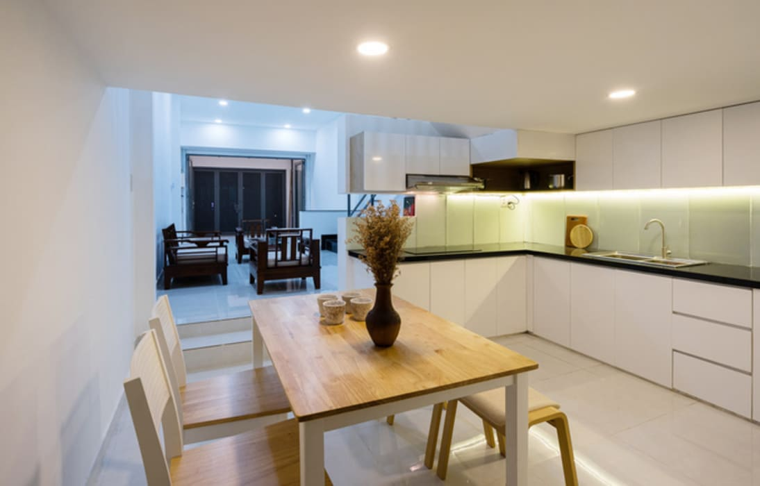 Không gian phòng bếp trước và sau cải tạo có sự khác biệt rất lớn. Phòng ăn phong cách châu Á bởi Công ty TNHH TK XD Song Phát Châu Á Đồng / Đồng / Đồng thau