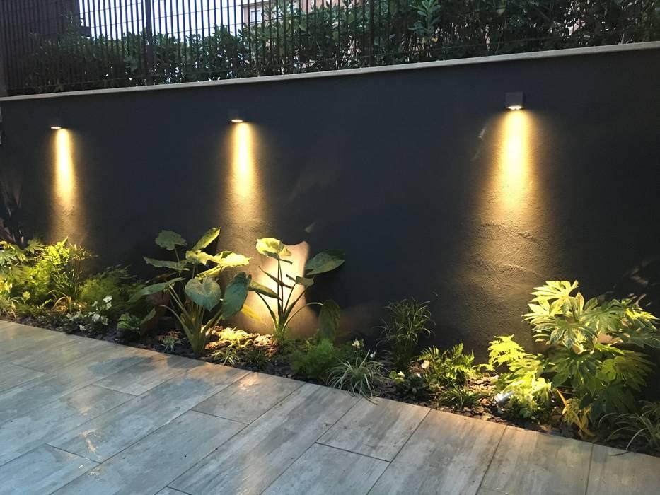 Forti contrasti: Giardino in stile  di Au dehors Studio. Architettura del Paesaggio, Moderno