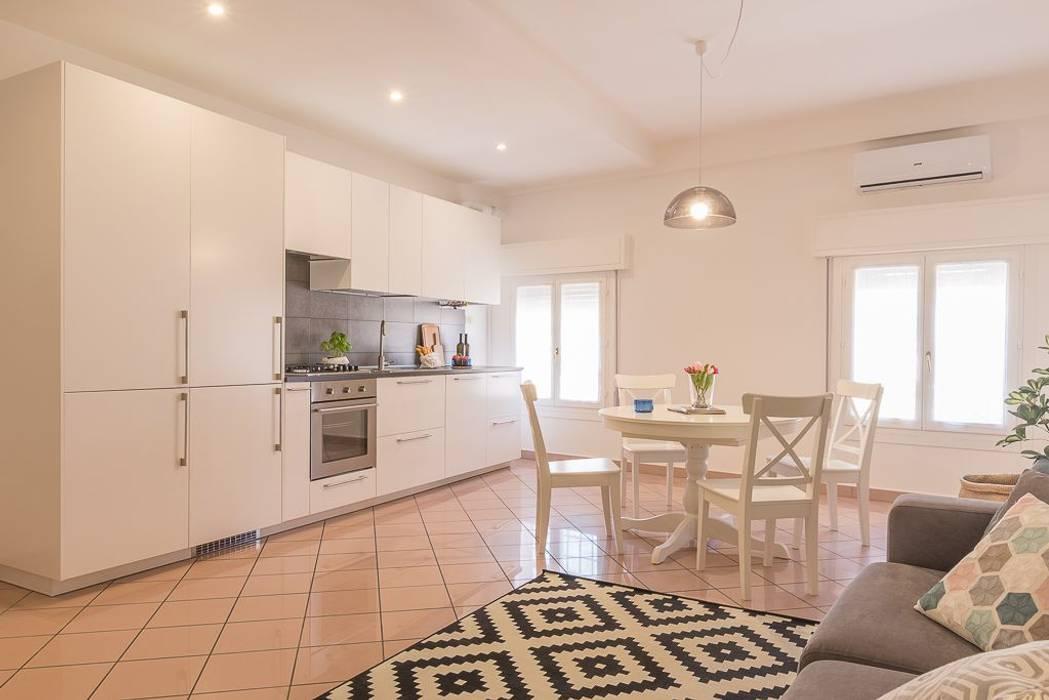 Appartamento Cigno: Sala da pranzo in stile in stile Minimalista di Anna Leone Architetto Home Stager