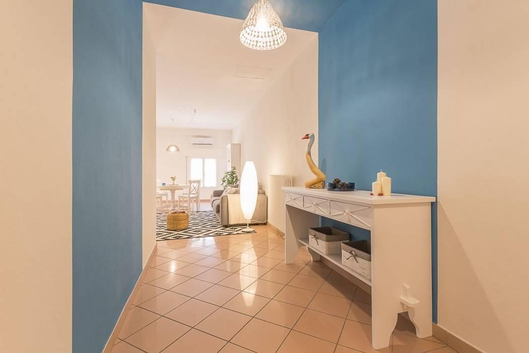 Appartamento Cigno: Ingresso & Corridoio in stile  di Anna Leone Architetto Home Stager