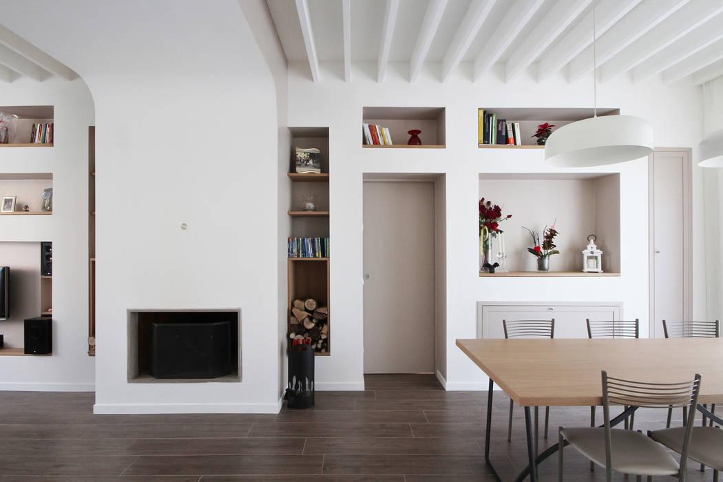 Libreria caminetto moderno: soggiorno in stile in stile country di ...