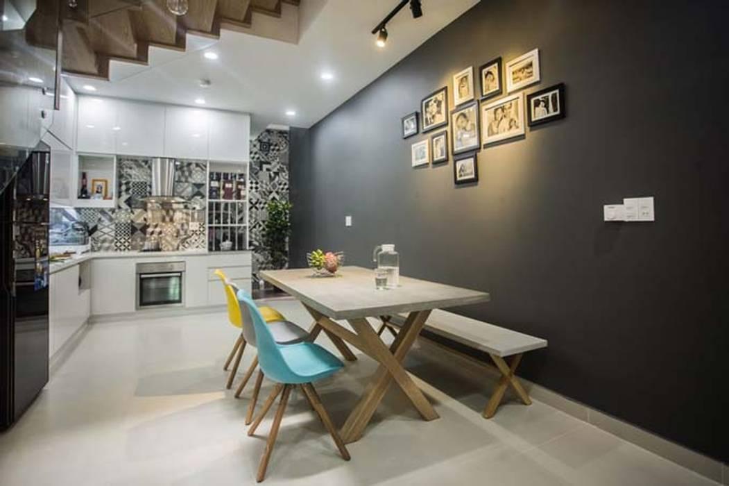Không gian mở liên kết giữa phòng bếp và phòng khách Phòng ăn phong cách hiện đại bởi Công ty TNHH Xây Dựng TM – DV Song Phát Hiện đại
