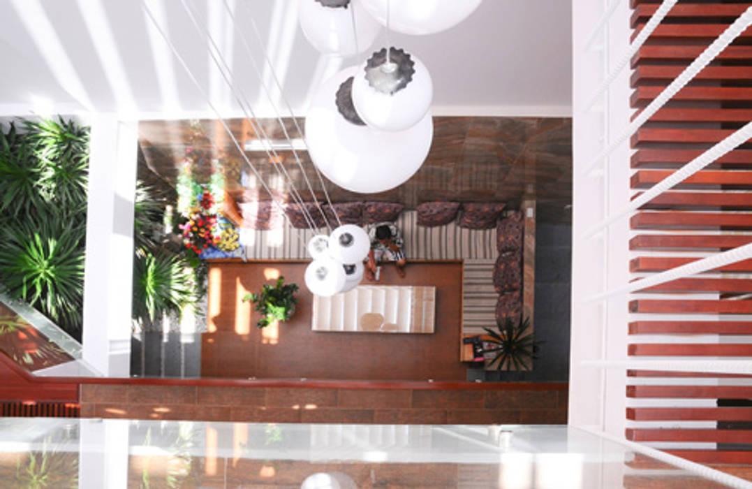 Thiết Kế Nhà Ống 3 Tầng Hướng Nội, Chan Hòa Với Thiên Nhiên Hiên, sân thượng phong cách hiện đại bởi Công ty TNHH Xây Dựng TM – DV Song Phát Hiện đại
