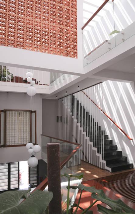 Лестницы в . Автор – Công ty TNHH Xây Dựng TM – DV Song Phát, Модерн