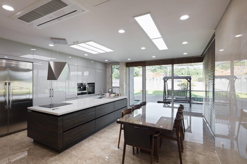 향한리주택: 건축사 사무소 YEHA의  다이닝 룸,모던
